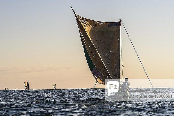 Einheimischer Fischer im traditionellen Pirogue Auslegerboot auf offenem Meer  Indischer Ozean  Madagaskar  Afrika