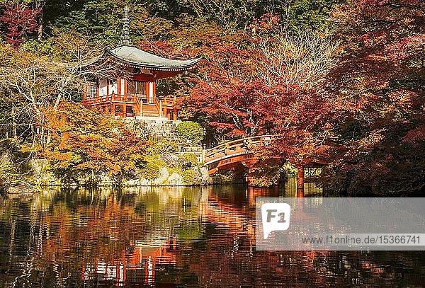 Bentendo Hall zwischen rotem Herbstlaub  Daigoji Tempel  Kyoto  Japan  Asien
