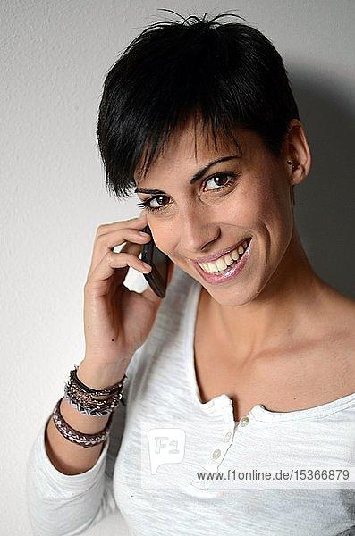 Junge Frau telefoniert mit ihrem Handy  Portrait  Spanien  Europa