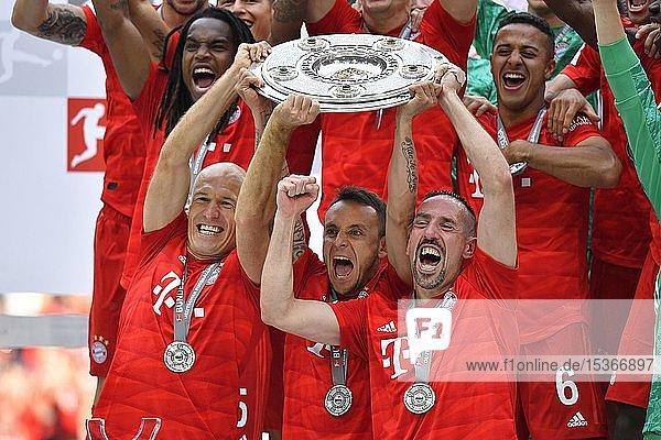 Von links: Arjen Robben FC Bayern München Rafinha FC Bayern München Franck Ribery FC Bayern München  Jubel mit Meisterschale  Trophäe  Meisterfeier 2019  FC Bayern München ist zum 29. Mal Deutscher Meister der Bundesliga  Allianz-Arena  München  Deutschland  Europa