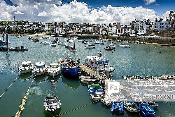 Stadtblick mit Hafen mit Boot  Douarnenez  Finistere Department  Bretagne  Frankreich  Europa