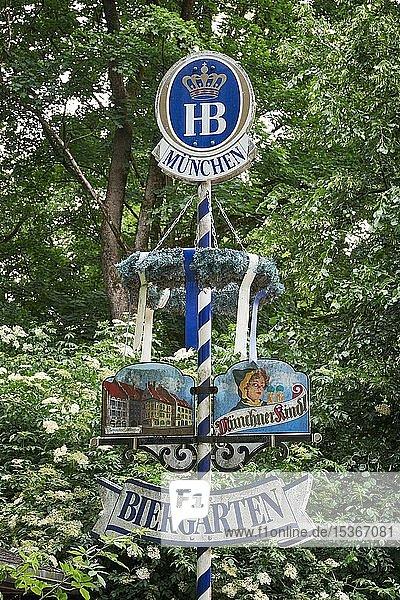 Schild Biergarten vor Bäumen  Englischer Garten  München  Deutschland  Europa