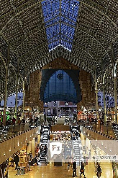 Historische Markthalle mit Restaurants und Shops  Mercat de Colón  abends  illuminiert  Valencianischer Modernismus  Valencia  Spanien  Europa