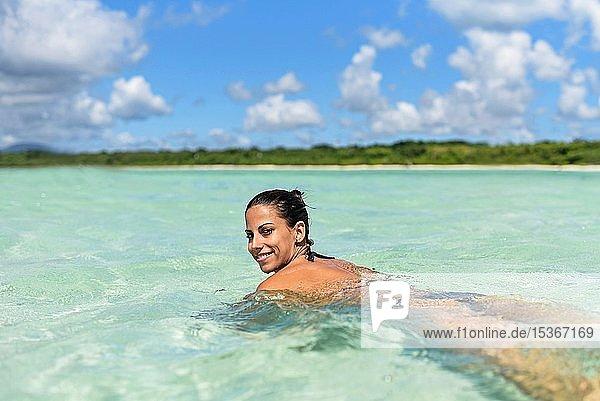 Junge Frau beim Schwimmen im Wasser  Strand von Kondoi  Insel Taketomi  Präfektur Okinawa  Japan  Asien