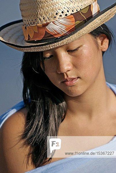 Junge Asiatin mit Strohhut am Strand  Porträt  Ibiza  Spanien  Europa