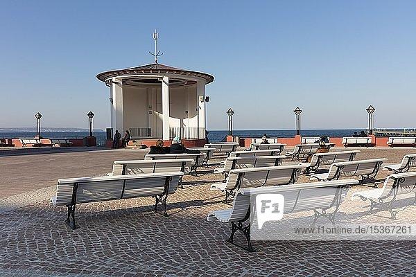 Kurplatz mit Musikpavillon an der Strandpromenade  Binz  Ostseebad  Insel Rügen  Mecklenburg-Vorpommern  Deutschland  Europa