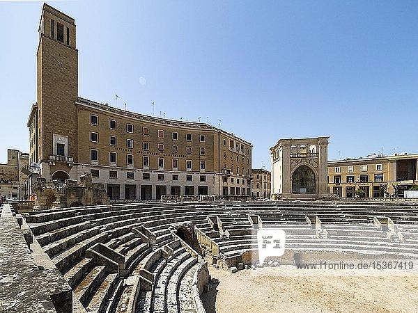 Altstadt und römisches Amphitheater  Lecce  Apulien  Süditalien  Italien  Europa