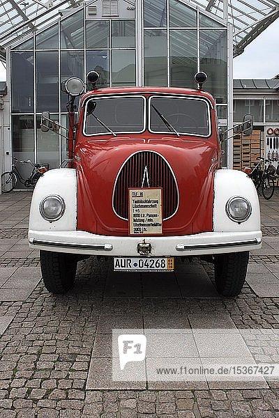 Frontansicht eines Tanklöschfahrzeuges TLF 16 T  Feuerwehrausstellung auf dem Marktplatz von Aurich  Ostfriesland  Niedersachsen  Deutschland  Europa