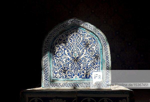 Gefliestes Grab im Mausoleum von Makhmud Pakhlavan  Pahlavon Mahmud  Chiva  Usbekistan  Asien