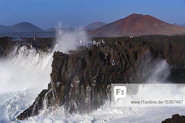 Brandung mit Gischt an Felsküste  Aussichtspunkt Los Hervideros  bei Yaiza  Lanzarote  Kanarische Inseln  Spanien  Europa