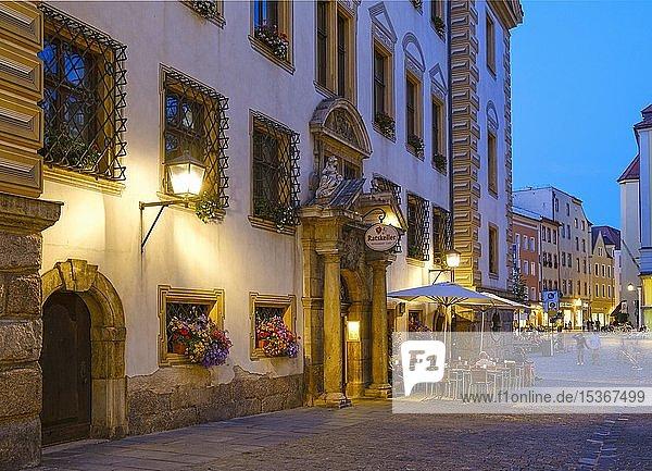 Ratskeller in der Altstadt  Abenddämmerung  Regensburg  Oberpfalz  Bayern  Deutschland  Europa
