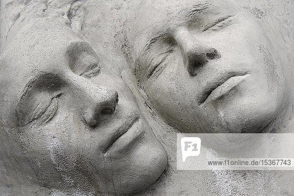 Gesichter zweier Skulpturen