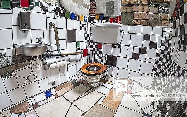 Damentoilette mit Keramikfliesen in der öffentliche Toilette des Künstlers und Architekten Friedensreich Hundertwasser  Kawakawa  Nordinsel  Neuseeland  Ozeanien