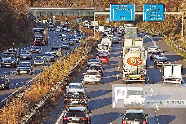 Viel Verkehr auf der Autobahn A 3  Duisburg  Ruhrgebiet  Nordrhein-Westfalen  Deutschland  Europa