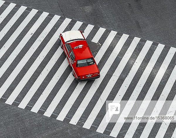 Shibuya Crossing  Auto fährt auf Zebrastreifen  Shibuya  Udagawacho  Tokio  Japan  Asien