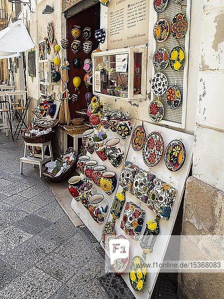 Laden mit Keramik  Souvenirs  Altstadt  Lecce  Apulien  Italien  Europa