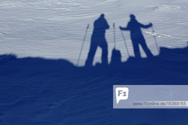Schattenbilder zwei Wanderer  Skifahrer bei Schnee  Gebirgspass Passo Rolle  Palla Gruppe  Dolomiten  Trentino  Italien  Europa