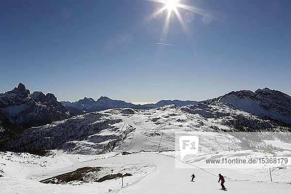 Skifahrer auf Skiabfahrt Tognola  Skigebiet  San Martino di Castrozza  Trentino  Italien  Europa