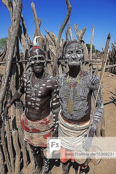 Alte Männer vom Volksstamm der Karo mit Gesichtsbemalung  Körperbemalung  Karo-Dorf Duss  Unteres Omo-Tal  Omo-Region  Süd-Äthiopien  Äthiopien  Afrika
