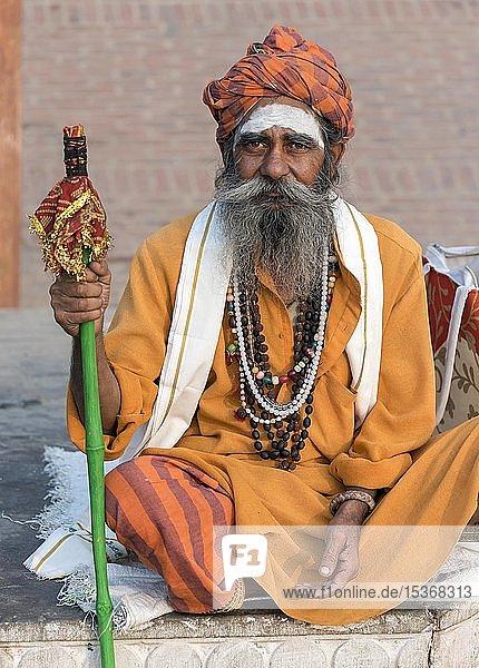 Porträt eines Sadhu  heiliger Mann  Varanasi  Uttar Pradesh  Indien  Asien