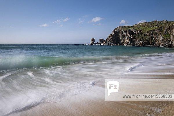 Wellen brechen am Strand von Dalmore  Dalmore Beach  Isle of Lewis  Schottland