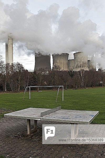 Trister Spielplatz im Stadtteil Auenheim vor dem dampfenden Braunkohlekraftwerk Niederaussem  Kohleausstieg  Bergheim  Nordrhein-Westfalen  Deutschland  Europa