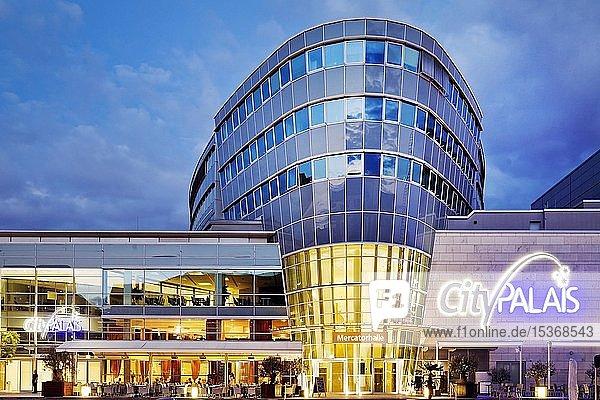 City Palais und Mercartorhalle in der Abenddämmerung  Duisburg  Ruhrgebiet  Nordrhein-Westfalen  Deutschland  Europa