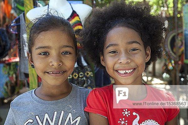 Zwei lachende einheimische Mädchen  Portraits  Samara  Halbinsel Nicoya  Provinz Guanacaste  Costa Rica  Mittelamerika