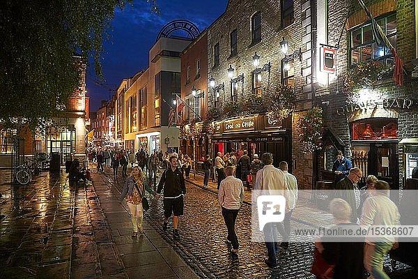 Belebte Straße mit Pubs in der Fleet-Street  Abendstimmung  Dublin  Irland  Europa