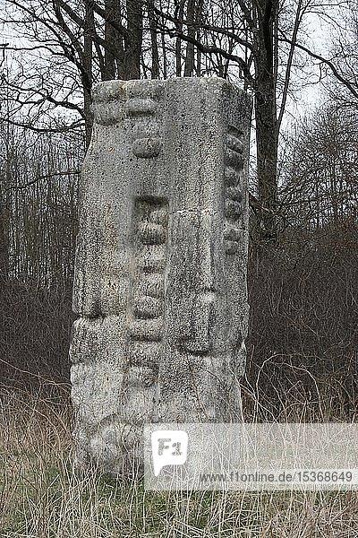 Kunstwerk von Peter Holowka  Steinkunst  Skulptur  Steinmetzarbeit  Skulpturenfeld bei Oggelshausen  Landkreis Biberach  Oberschwaben  Baden-Württemberg  Deutschland  Europa
