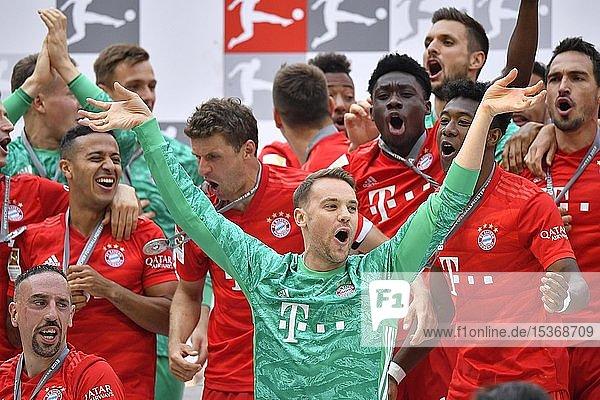 Torwart Manuel Neuer FC Bayern München  Jubel  Meisterfeier 2019  FC Bayern München ist zum 29. Mal Deutscher Meister der Bundesliga  Allianz-Arena  München  Bayern  Deutschland  Europa