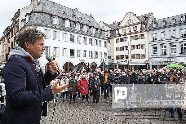 Der Politiker Robert Habeck  Bundesvorsitzender von BÜNDNIS 90/DIE GRÜNEN  spricht bei einem Wahlkampfauftritt auf dem Jesuitenplatz in Koblenz  Deutschland  Europa