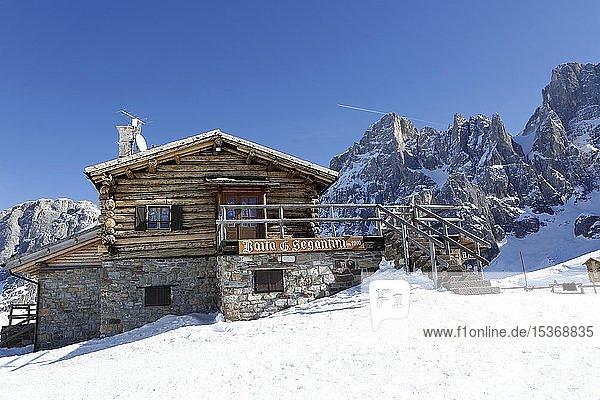 Berghütte im Schnee  Skigebiet San Martino di Castrozza  Dolomiten  Trentino  Südtirol  Italien  Europa