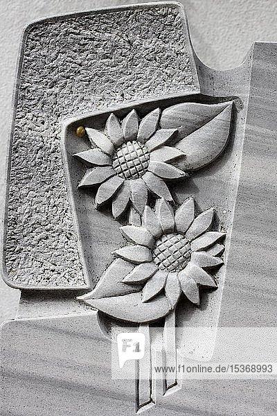 Sonnenblume auf einem Grabstein