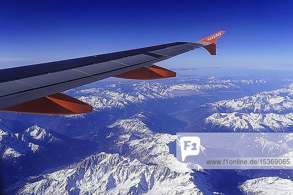 Tragfläche eines Airbus A319 der Fluggesellschaft easyJet über verschneiten Alpen  Österreich  Europa