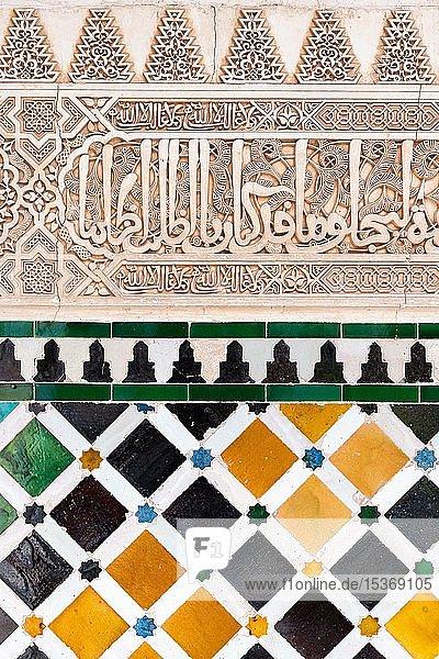 Verzierungen mit Koransuren und Mosaik aus farbigen Keramikfliesen  Palacios Nazaries  Nasridenpaläste  Alhambra  Granada  UNESCO Weltkulturerbe  Andalusien  Spanien  Europa
