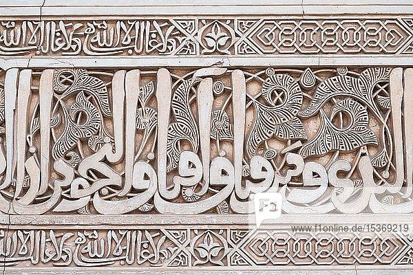 Ornamentale maurische Gipsverzierungen und Koransuren  Nasridenpaläste  Alhambra  Granada  Andalusien  Spanien  Europa