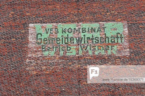 Historische Aufschrift auf einer Backsteinwand  VEB Kombinat Getreidewirtschaft  Wismar  ehemalige DDR  Deutschland  Europa