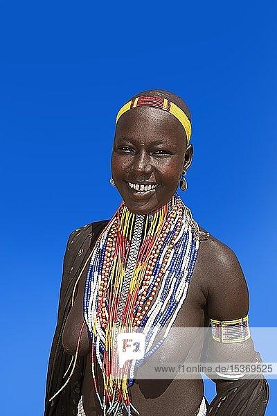 Frau mit vielen Perlenketten als Halsschmuck  Volksstamm der Erbore  Mago Nationalpark  Region der südlichen Nationen Nationalitäten und Völker  Äthiopien  Afrika