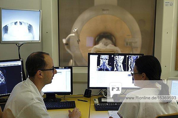 Ärzte bei RDG Radiologie Untersuchung am Monitor  Karlsbad  Tschechien  Europa