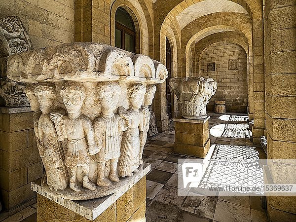 Historische Säulenkapitelle  Provincial Archaeological Museum  archäologisches Museum  Brindisi  Apulien  Italien  Europa