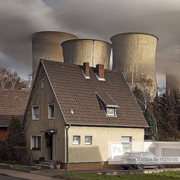 Wohnhaus im Stadtteil Auenheim vor dem dampfenden Braunkohlekraftwerk Niederaussem  Kohleausstieg  Bergheim  Nordrhein-Westfalen  Deutschland  Europa