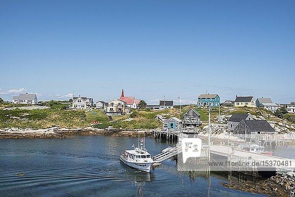 Ausflugsschiff im Hafen von Peggy's Cove  Nova Scotia  Kanada  Nordamerika