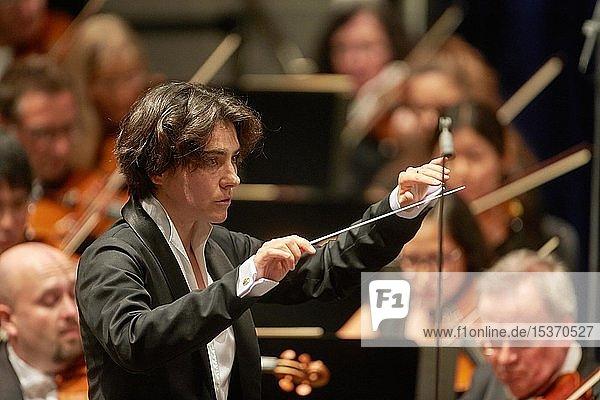 Die polnische Dirigentin Marzena Diaku leitet ein Konzert des Staatsorchesters Rheinische Philharmonie  Koblenz  Rheinland-Pfalz  Deutschland  Europa