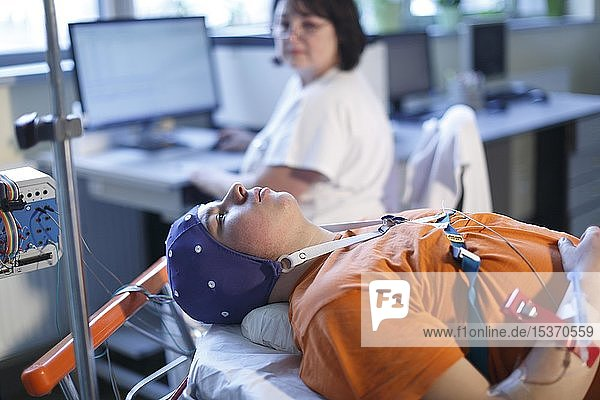 Elektroenzephalographie  EEG  Patient bei neurologischer Untersuchung des Gehirns  Neurologie im Krankenhaus  Tschechien  Europa