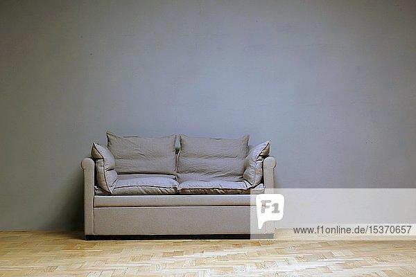 Einsame Couch vor Wand im Zimmer  Einsamkeit  Deutschland  Europa