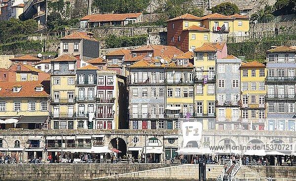 Häuserfront  bunte Häuser im Stadtteil Ribeira  Cais da Ribeira  Uferpromenade am Rio Douro  Porto  Portugal  Europa