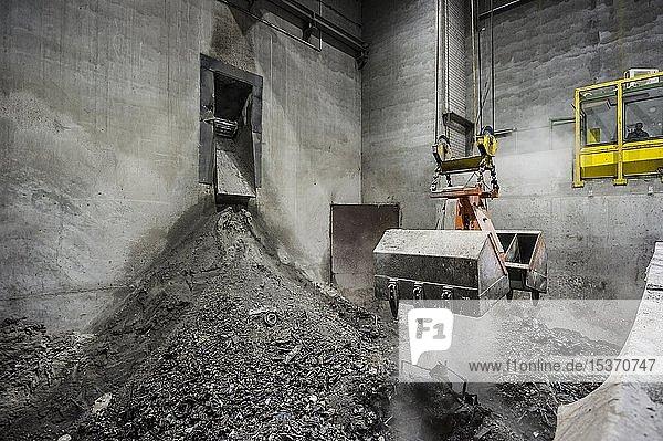 Greifarm  Kran transportiert Müll in einer Müllverbrennungsanlage  TREA Breisgau  Eschbach  Baden-Württemberg  Deutschland  Europa