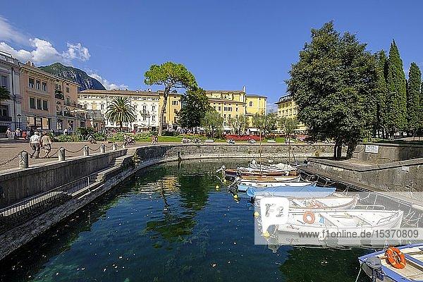 Riva del Garda mit Bootshafen  Gardasee  Lago di Garda  Trentino  Italien  Europa