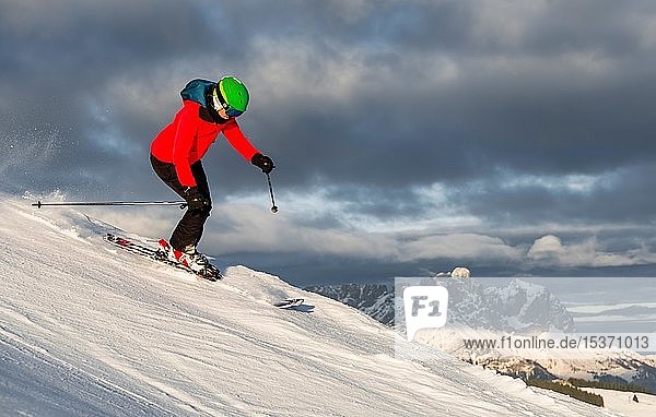 Skifahrerin fährt steile Abfahrt hiununter  schwarze Piste  hinten Berge  Brixen im Thale  Tirol  Österreich  Europa